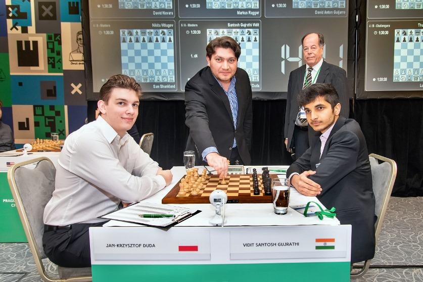 Na zdjęciu zadowolony i bojowo nastawiony Janek, oraz Vidit, samodzielny lider po 8 rundzie. /fot. organizator