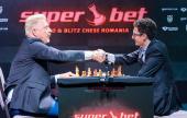 Boris Becker gegen Caruana bei der Eröffnungszeremonie in Bukarest